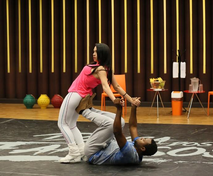 Ao lado de Gabe Cardoso, Érico aprende a coreografia (Foto: Isabella Pinheiro/Gshow)