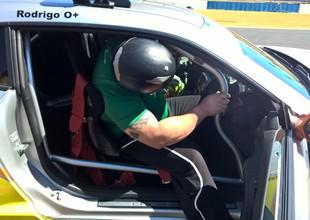 Fernando Reis é o esforço para entrar no carro da Stock Car, Corrida do Milhão, Stock Car (Foto: Túlio Moreira)