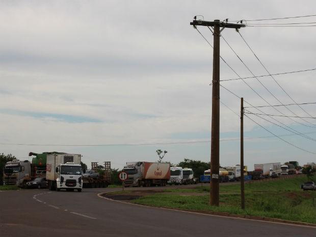 Manifestantes fazem filas de caminhões na rodovia em Campo Grande (Foto: Priscilla dos Santos/ G1 MS)