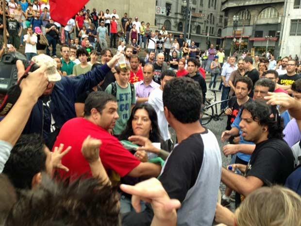 Mulher critica grupo na Sé e causa princípio de tumulto (Foto: Roney Domingos/G1)