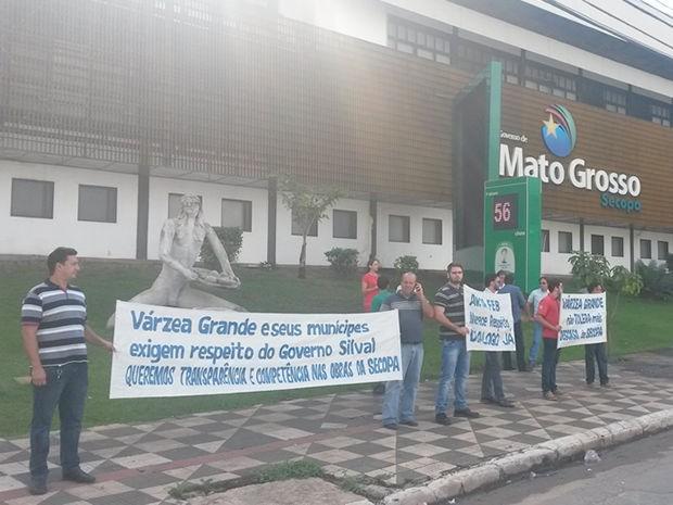 Comerciantes se reuniram na frente do prédio da Secopa, em Cuiabá. (Foto: Luciano Nabarrete/ Arquivo pessoal)