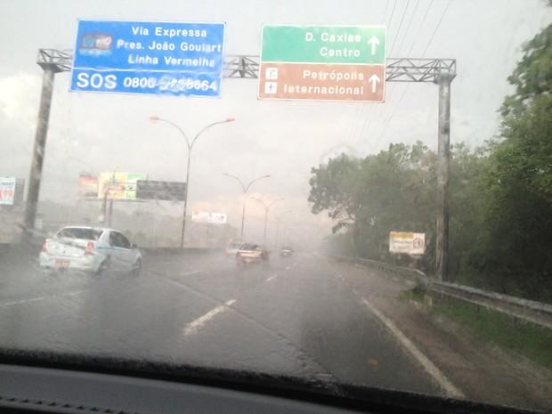 Em Duque de Caxias, na Baixada Fluminense, chovia forte às 17h30 desta terça-feira (12) (Foto: Glenda Almeida / G1)