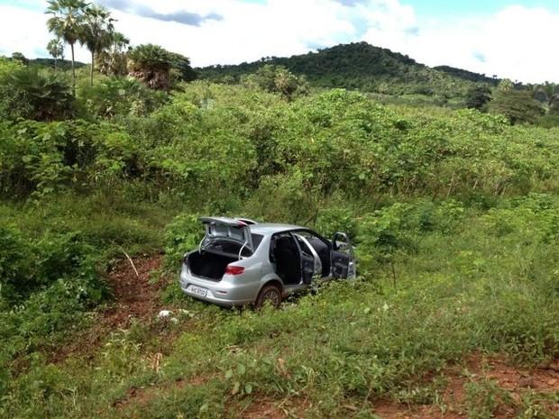 Veículo usado na fuga dos assaltantes (Foto: Patrícia Andrade/G1)