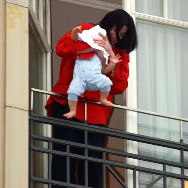 Michael Jackson foi notícia mundial em novembro de 2002 quando apareceu na varanda do quarto de um hotel em Berlim e segurou seu filho Blanket, na época com menos de um ano de idade, do lado de fora (Foto: Getty Images)