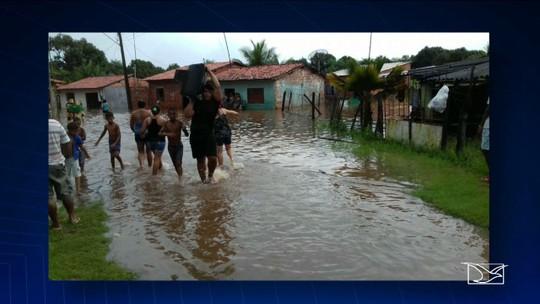 Chuva forte cria lago na BR-135 no Maranhão