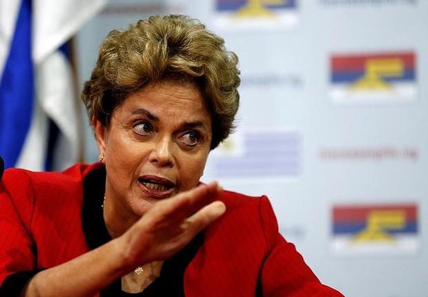 A ex-presidente Dilma Rousseff fala com jornalistas em evento após impeachment (Foto: Andres Stapf/Reuters)