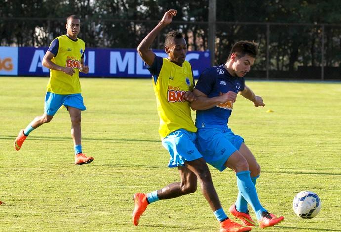 Marquinhos Willian Cruzeiro treino (Foto: Washington Alves / Light Press )