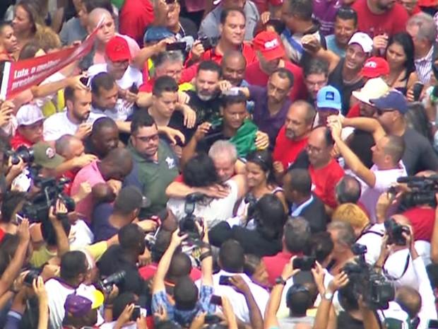 Lula é abraçado por militantes na frente do seu prédio em São Bernardo do Campo (Foto: GloboNews/Reprodução)