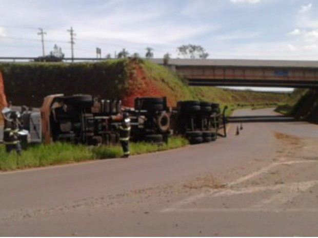 Caminhão tombou em uma na Avenida Olavo Egydio Setubal, em Itapetininga (Foto: Arquivo Pessoal/ Giovanni Ricardo de Oliveira)