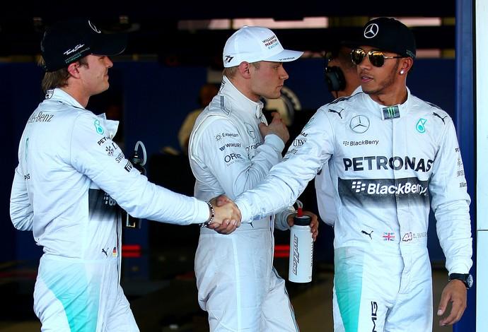 Nico Rosberg cumprimenta Lewis Hamilton após treino classificatório para GP da Rússia (Foto: Getty Images)