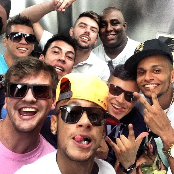 Neymar posta foto com amigos (Foto: Instagram / Reprodução)