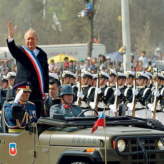 Ricardo Lagos ex-presidente do Chile,numa parada militar em 2003 (Foto: VICTOR ROJAS/AFP)