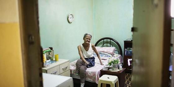 Internação compulsória - uma senhora encara a câmera no antigo leprosários, onde ainda vive. Os pacientes de haseníase passavam décadas nessas instituições (Foto: Getty Images)