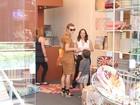 Carolina Dieckmann faz compras de Natal de última hora em shopping