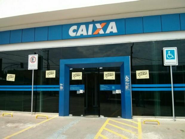 Caixas automáticos e casas lotéricas são opções para pagamento de contas (Foto: Cláudio Nascimento / TV TEM)