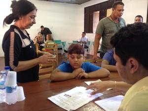Rita Monteiro levou o neto Eduardo para emitir carteira de identidade (Foto: Fabiana Figueiredo/G1)