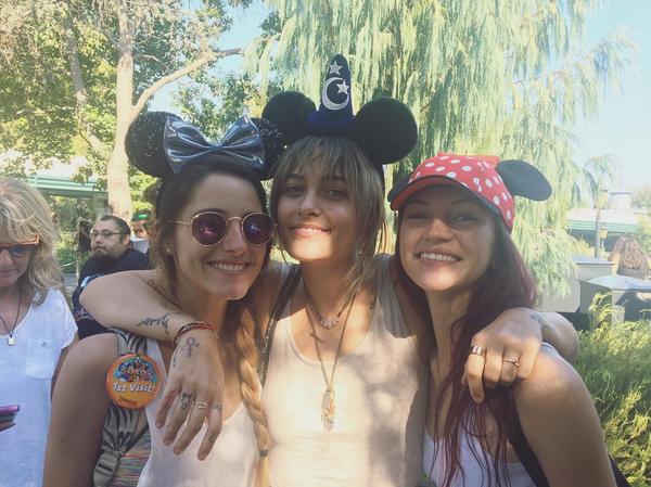 A celebridade Paris Jackson com amigas na Disney (Foto: Instagram)
