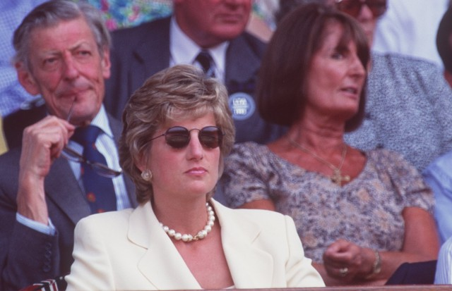 9 JUL 1995:  DIANA, PRINCESS OF WALES, WATCHES FROM THE CROWD AS BORIS BECKER LOSES TO PETE SAMPRAS OF THE USA IN THE MENS SINGLES FINAL AT THE WIMBLEDON LAWN TENNIS CHAMPIONSHIPS.  SAMPRAS WON THE MATCH IN FOUR SETS 6-7 (2-7), 6-2, 6-4, 6-2 TO TAKE THETI (Foto: Getty Images)