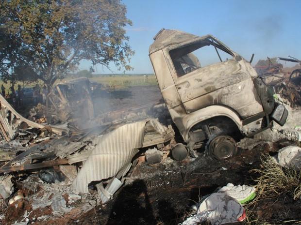 Carreta ficou destruída após incêndio na BR-267 em MS (Foto: Emerson Dantas/ Jornal da Nova)