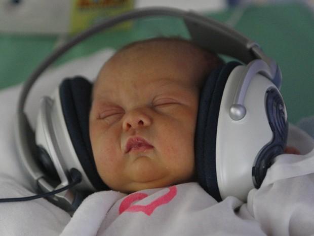 Imagem de arquivo mostra bebê ouvindo música (Foto: Associated Press)