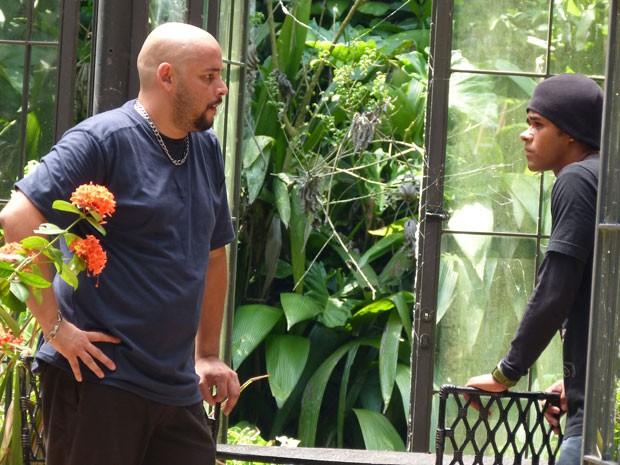 VISH! A galera do mal chegou lá no jardim secreto. Será que vai dar treta? (Foto: Malhação / Tv Globo)