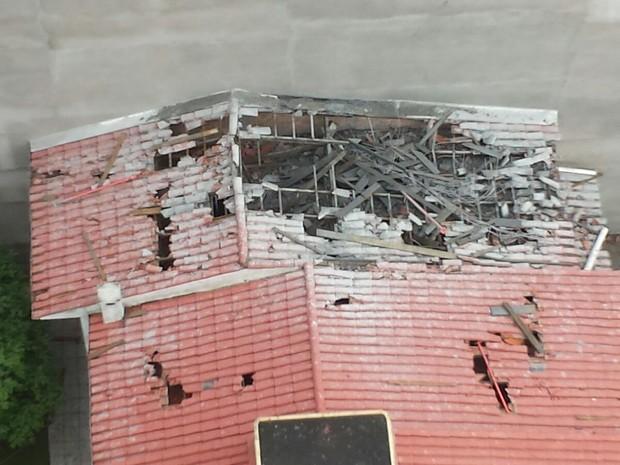 Telhado de casas foram destruídos por concreto da laje.  (Foto: Rafael Marques/Divulgação)