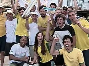 Alunos participam da competição de barcos movidos com a energia do sol (Foto: Reprodução)