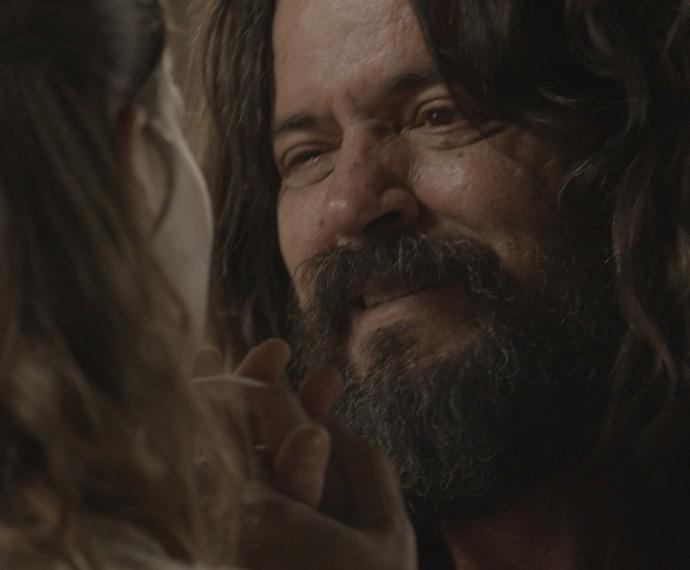 Bernardo se emociona ao conhecer a filha (Foto: TV Globo)