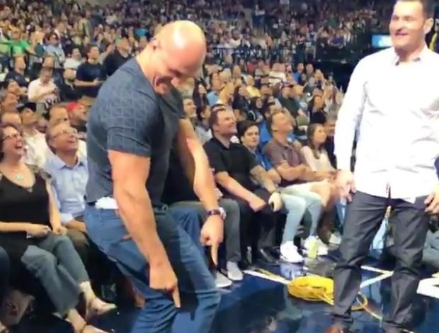 BLOG: Fisiculturismo? Cigano e Miocic brincam em intervalo de jogo da NBA em Dallas