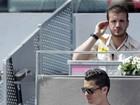 Tal pai... Cristiano Ronaldo ajeita cabelo de filho para ficarem parecidos