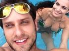 Eliéser e Kamilla curtem dia na piscina