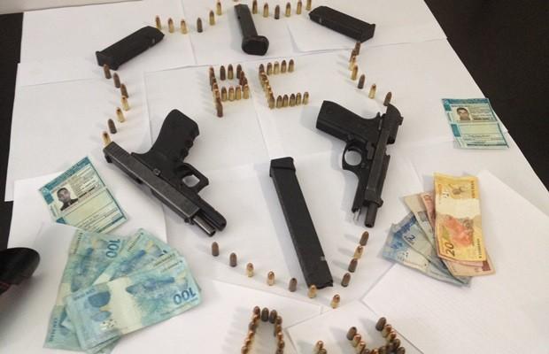 Armas, munições e dinheiro apreendidos com integrante de um dos grupos, em GoIânia (Foto: Fernanda Borges/G1)