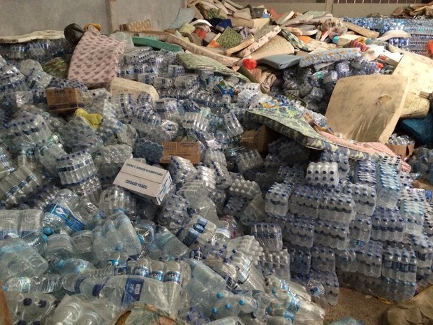 Garrafas de água e colchões serão organizados pelos voluntários (Foto: Flávia Mantovani/G1)