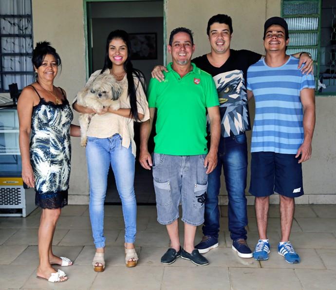 A sister do BBB16 de 19 anos ao lado de sua família (Foto: Gabriella Dias/Gshow)