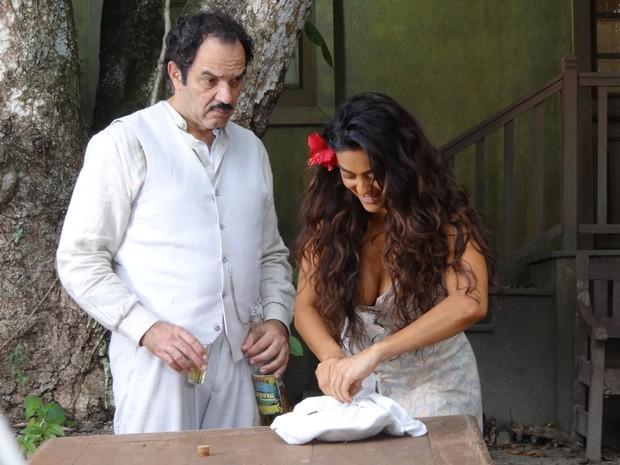 Gabriela faz almoço para Nacib e ele tenta resistir à tentação (Foto: Gabriela / TV Globo)
