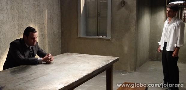 Manfred vai até a prisão atormentar Franz (Foto: Joia Rara/TV Globo)