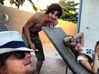 Fiuk aparece relaxando com Guilherme Boury e Sophia Abrahão
