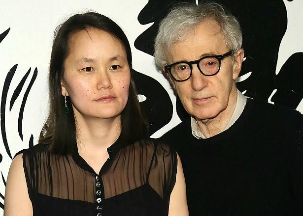 A história do cineasta Woody Allen é longa. Ele morou junto com a atriz Mia Farrow, e com ela teve três filhos, dois deles adotados. Porém, o diretor não adotou as crianças que Mia já havia adotado. Uma destas é a sul-coreana Soon-Yi Previn, que por sua vez se casou com Woody Allen em 1997. Coisa de novela! (Foto: Getty Images)