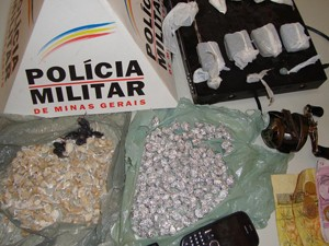 Polícia apreendeu armas, drogas, munição e dinheiro (Foto: Polícia Militar/Formiga)