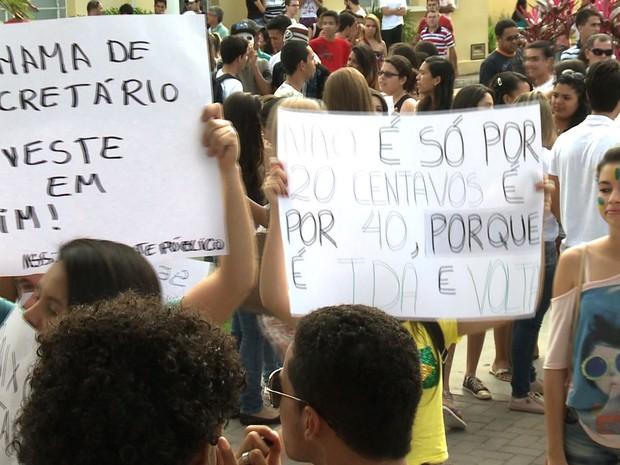 Cartazes cobravam melhor investimento do dinheiro público (Foto: Reprodução/TV Gazeta)