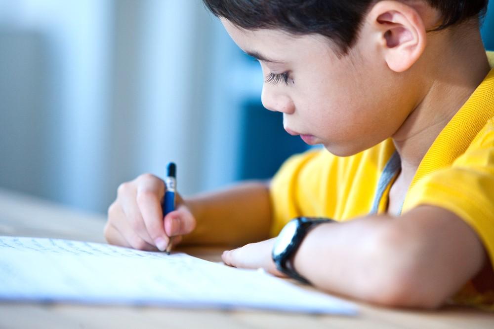 Criança fazendo lição de casa (Foto: Shutterstock)