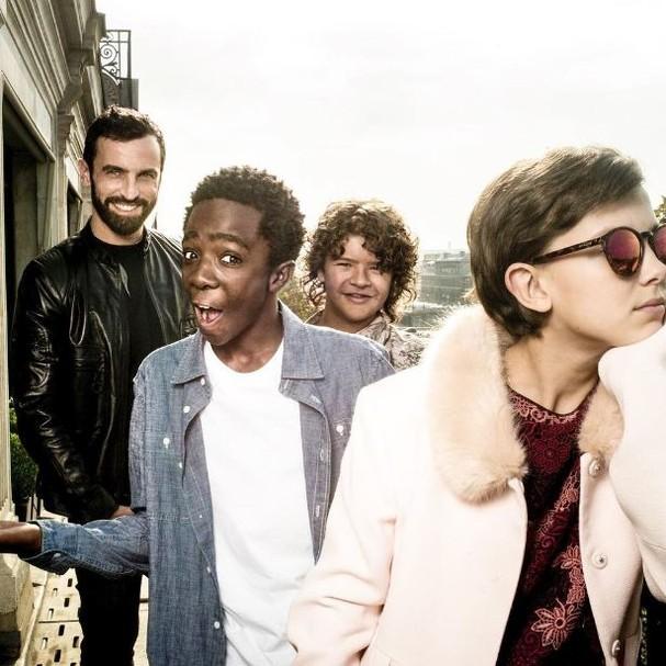 """Elenco de """"Stranger Things"""" na sede da Louis Vuitton em Paris (Foto: Reprodução/Instagram)"""