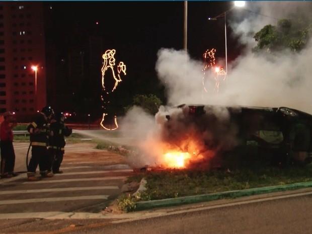 Carro pegou fogo após capotar na Zona Sul de Natal (Foto: Muriú Mesquita/Inter TV Cabugi)