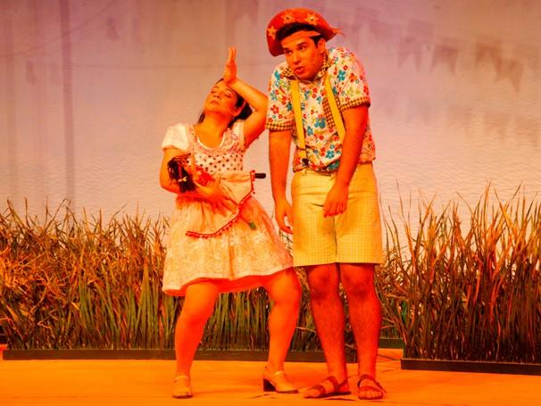 Os atores Aline Carrocino e Pedro Henrique Lopes representam Nazinha e Luiz no palco (Foto: Divulgação)