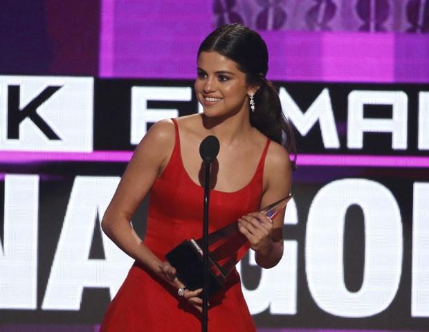 Selena Gomez recebe o prêmio de melhor artista feminina de pop/rock no American Music Awards  (Foto: Mario Anzuoni/Reuters)