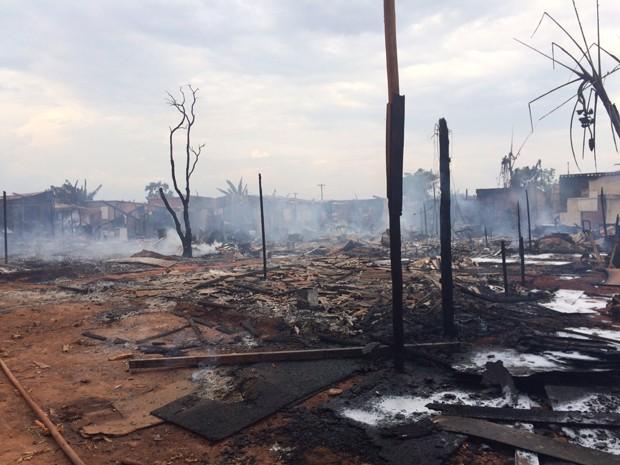 Barracos ficaram destruídos após incêndio na Estrutural, no DF (Foto: Fabiano Andrade/TV Globo)