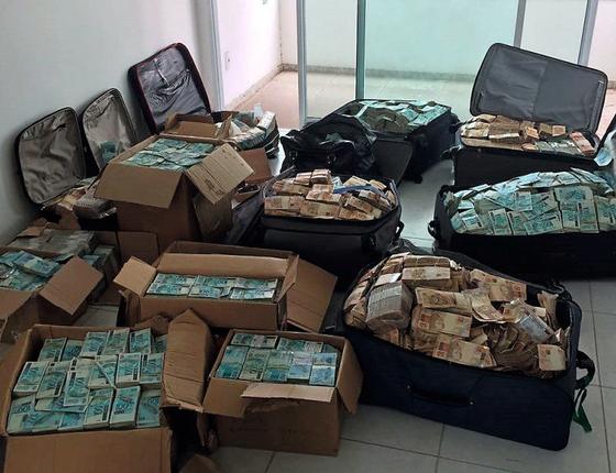 As malas e caixas de dinheiro vivo encontrados em um apartamento vinculado ao ex-ministro Geddel Vieira Lima (Foto: Divulgação Polícia Federal)
