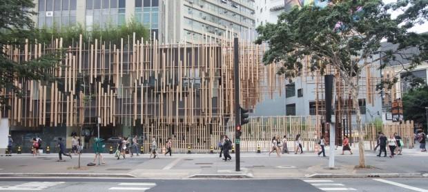 Contraste. A fachada da Japan House, em São Paulo, criação de Kengo Kuma, foi feita com encaixes de madeira hinoki, espécie de cipreste japonês (Foto: Divulgação)
