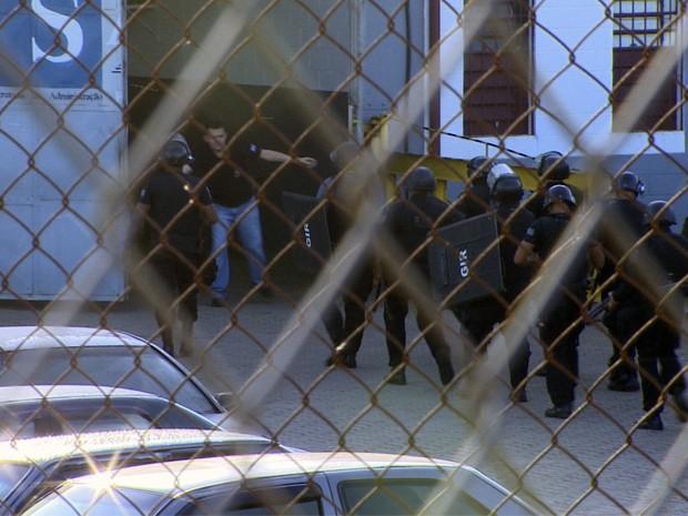 Agentes do GIR entram no Centro de Detenção Provisória de São José dos Campos (Foto: Reprodução/ TV Vanguarda)