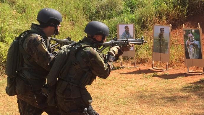 Profissionais que atuarão nos Jogos Olímpicos fazem exercício em conjunto, em Goiânia, Goiás (Foto: Paula Resende/ GE)